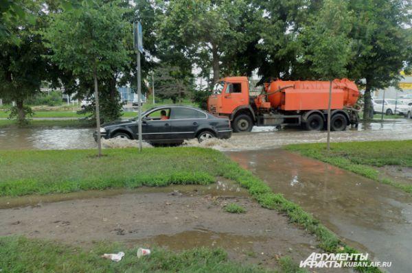 Улица Новороссийская утопает в лужах.
