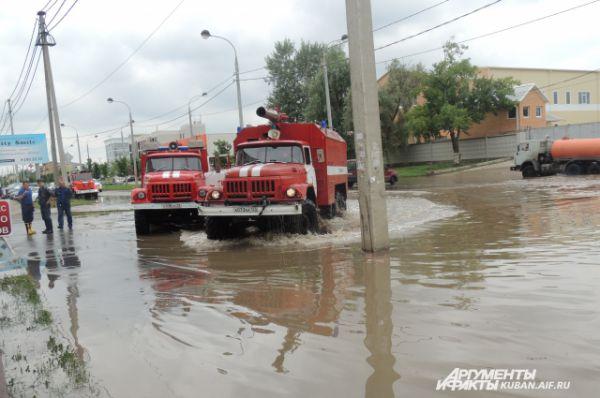 На улицу Московскую прибыло 7 машин МЧС.