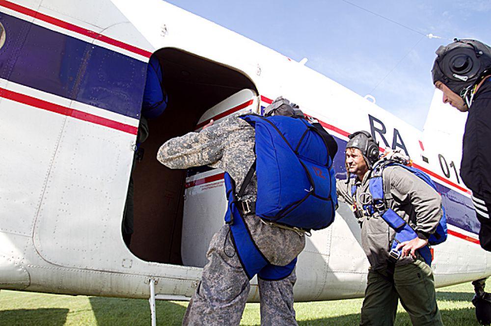 Убедившись, что всё готово, парни садятся в самолёт.