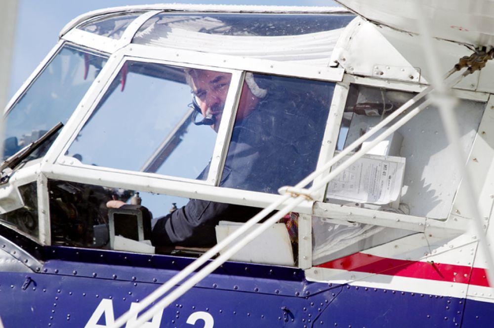 Пилот приводит двигатель в работу...