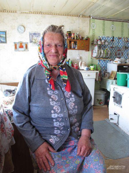 Галина Кузнецова, одна из старейших жительниц села Пурнема. Ей 83 года, но выглядит она, как и многие поморы, очень бодро. Сама ведёт немаленькое хозяйство. После рассказа об «англичанке», официальной беседы для материала, сокрушалась, что я не пришёл в Пурнему на пару часов раньше: «Дак в Лямцу только что ветеринара повезли, там, говорят, бык себе хер сломал, вот с ним бы на тракторе и доехал!»
