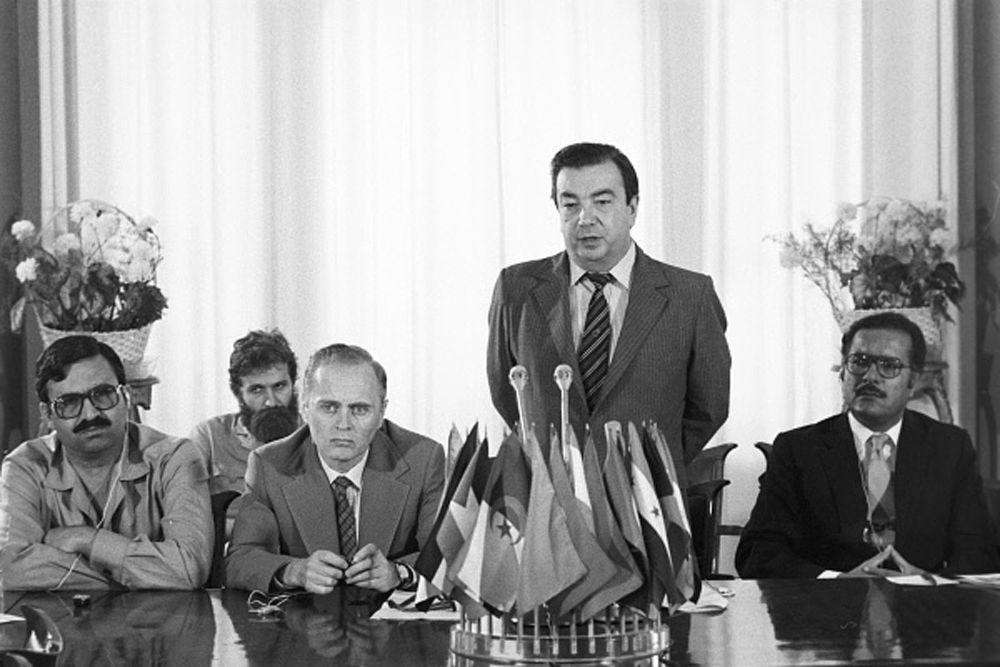 В 1956 году Примаков стал старшим научным сотрудником Института мировой экономики и международных отношений АН СССР (ИМЭМО). С 1956 по 1962 год он работал в Гостелерадио СССР корреспондентом, ответственным редактором, заместителем главного редактора, главным редактором вещания на арабские страны.