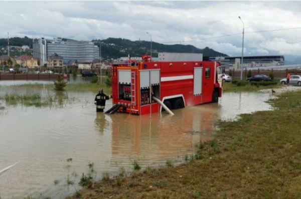По данным МЧС, на ликвидации паводка работали 438 спецмашин.