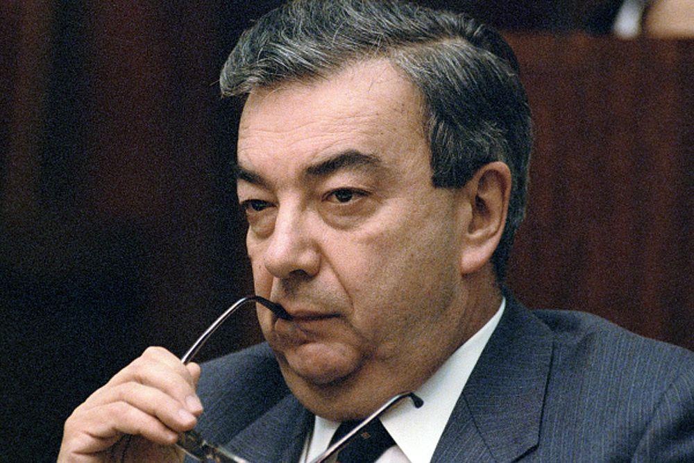 С 1962 года работал в газете «Правда» литературным сотрудником, обозревателем отдела стран Азии и Африки, с 1965 года — собкором «Правды» на Ближнем Востоке с пребыванием в Каире (где провёл четыре года), заместителем редактора отдела стран Азии и Африки. Во время службы на Ближнем Востоке встречался с политиками: Зуэйном, Нимейри. В 1969 году во время поездки в Багдад познакомился с Саддамом Хусейном, позже познакомился с одним из его приближенных людей —Тариком Азизом, который на тот момент был главным редактором газеты «Al-Thawra».