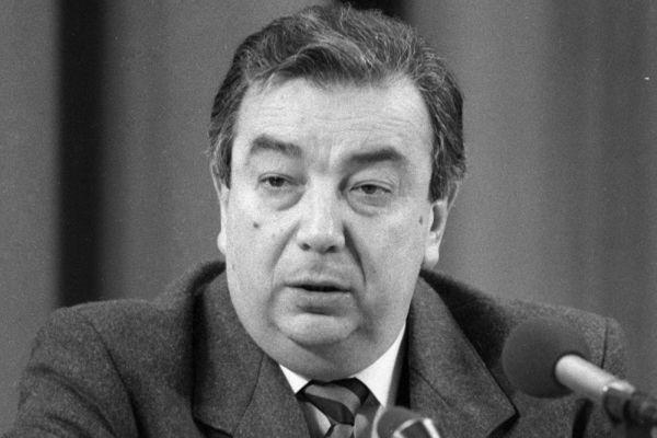 В 1969 году защитил диссертацию по теме «Социальное и экономическое развитие Египта», став доктором экономических наук.