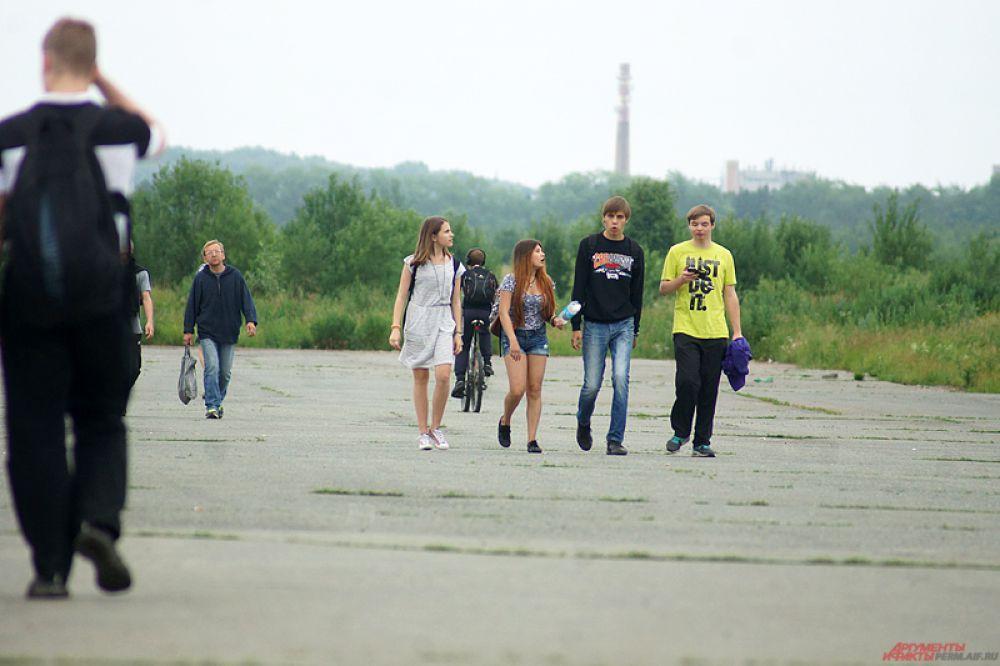 Большинство людей придет на фестиваль в субботу.