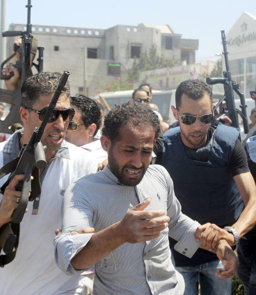 По последним данным, трое сотрудников сил безопасности погибли в перестрелке с террористами.