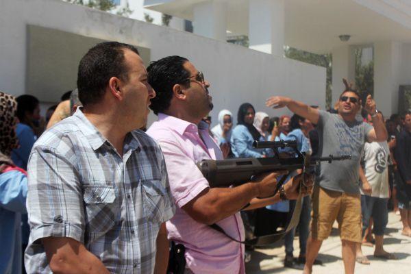 Власти назвали террористической атакой стрельбу у отеля на курорте Туниса.