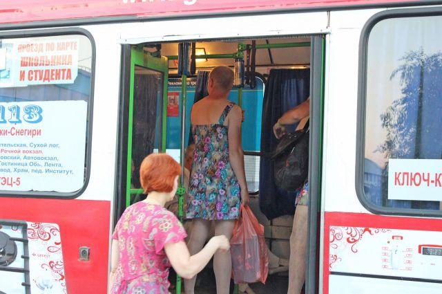 Двое парней в платьях проехались в общественном транспорте в Новосибирске