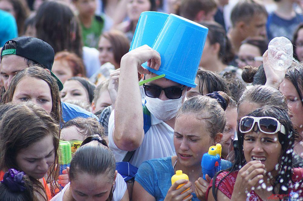 С помощью ведер можно было не только обливать людей, но и защищать свою голову от палящего солнца.