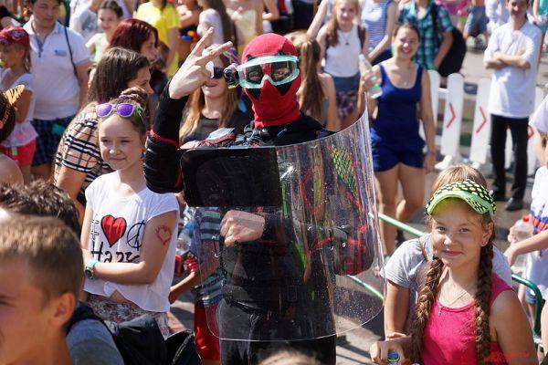 Кто-то решил удивить собравшихся и вырядился в костюм супергероя.