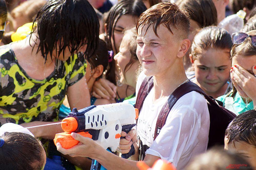 К концу акции все участники промокли до нитки.