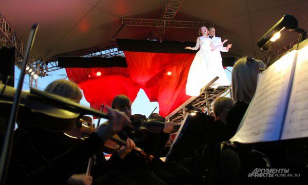 Директор Театра-Театра волновался, что если пойдет дождь, придется отказаться от идеи использования алых парусов в конце спектакля. К счастью, погода не подвела.