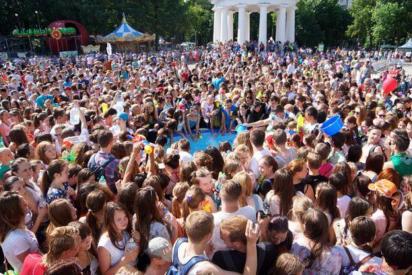Пермяки набирали воду в большом бассейне у сцены.