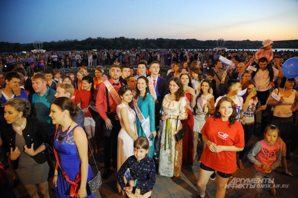 Прощание со школой. В Омске прошли выпускные вечера.
