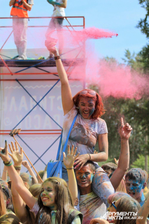 Участники фестиваля приобретали краски в специальных пакетах.