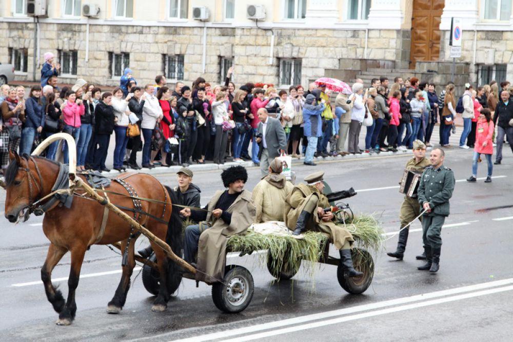 Пленных фашистов вели по городу на верёвке...