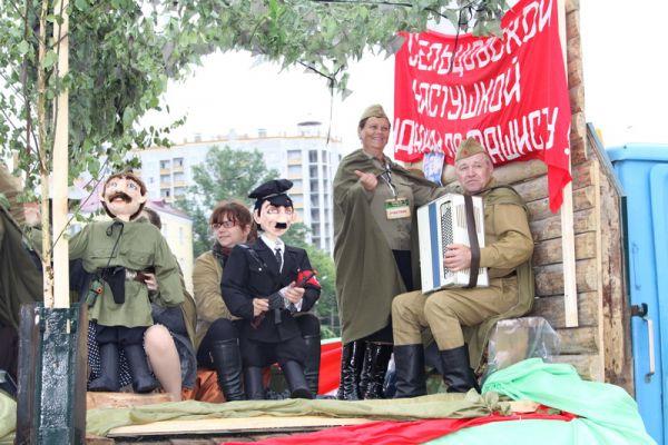 Организаторы фестиваля сочли нужным наглядно показать, как партизаны «били фашистов» и одели нескольких людей в костюмы нацистов.