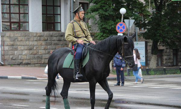 Праздник не обошёлся без инцидента - одна из лошадей, участвовавших в параде, была напугана российским триколором и передавила человека, который её запрягал. Молодой человек был доставлен в больнцу.