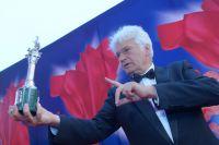 риз за вклад в мировой кинематограф председателю жюри основного конкурса 37-го ММКФ французскому режиссёру Жан-Жаку Анно на церемонии закрытия 37-го Московского Международного Кинофестиваля в Москве.