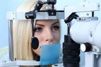 За своим зрением нужно следить, посещая офтальмолога.