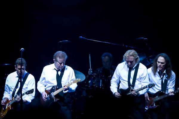 Группа The Eagles с доходом в $73,5 млн стала четырнадцатой. Американская рок-группа, созданная в 1971 году, продолжает играть и зарабатывать. Их турне из 57 концертов помогло им добраться до 14-й строчки рейтинга и опередить молодежь вроде Джастина Бибера и Леди Гаги.