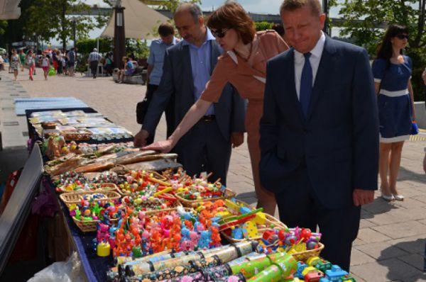 На набережной развернулась выставка народных ремёсел и сувениров.