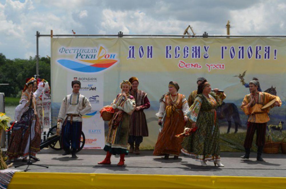 Фольклорные коллективы развлекали гостей праздника.