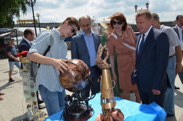 Перед началом фестиваля набережную осмотрел Сергей Горбань – глава администрации города.