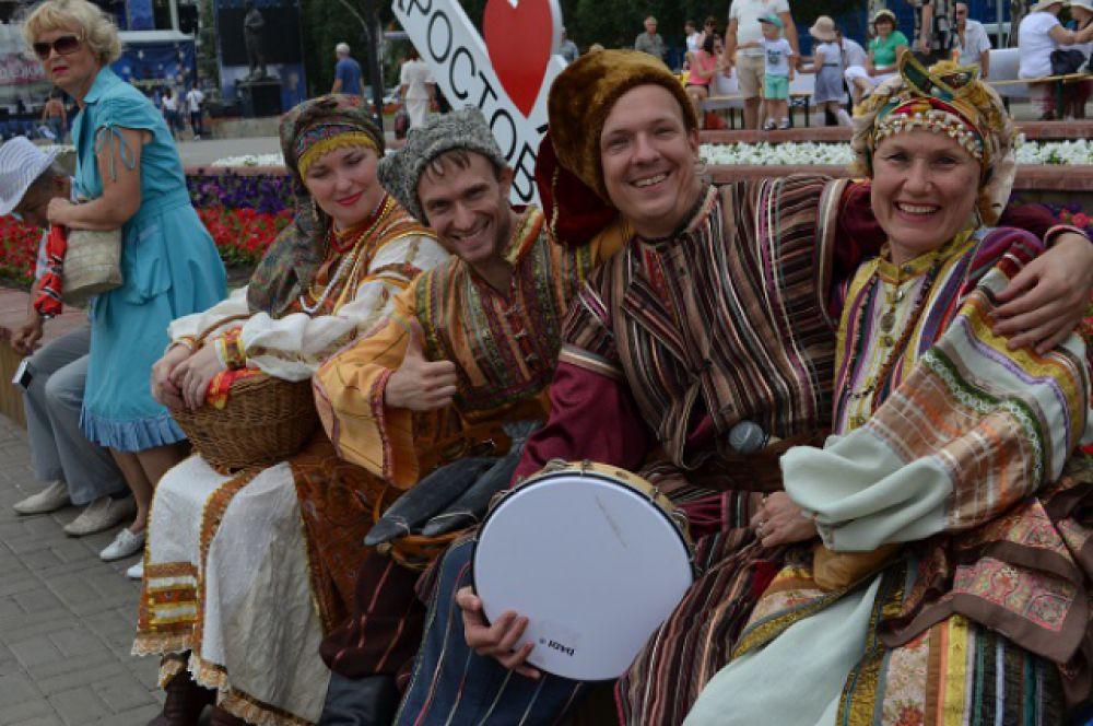 На набережной играли на разных музыкальных инструментах творческие коллективы.
