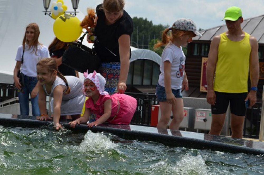 Вода летом – счастье! Детвору было не оторвать от фонтана.
