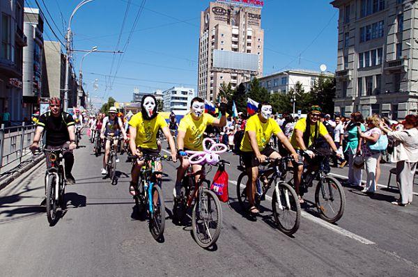 А пока одни сибиряки читали, другие оделись в яркие костюмы и отправились в велопробег.