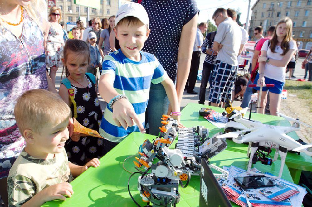 Мероприятия в честь праздника длились два дня. 27 июня на площади Пименова прошёл фестиваль технического творчества TECHNOfest-2015.