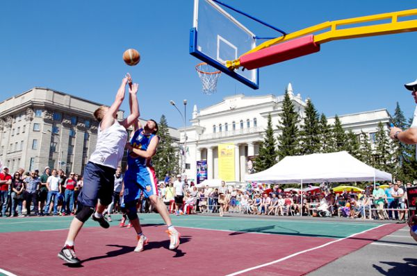 С полудня до самого вечера в центре города шёл турнир по уличному баскетболу.