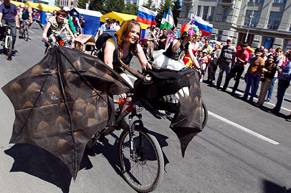 Велокарнавал тянулся от Дома офицеров по всему Красному проспекту.