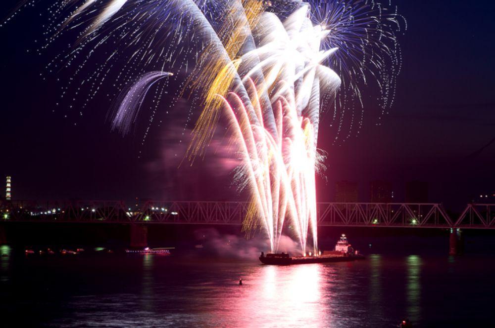 По традиции, День города закончился фестивалем фейерверков.