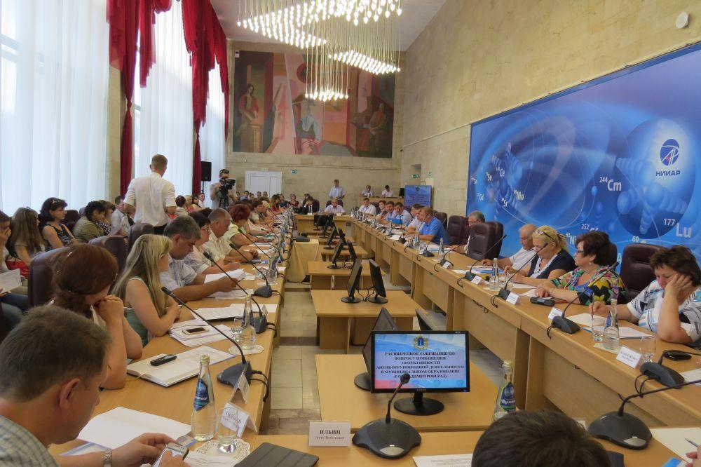 В совещании приняли участие должностные лица областного правительства и города Димитровграда, главы муниципальных образований, представители гражданского общества и молодежного антикоррупционного совета, члены Общественной палаты и Палаты справедливости.