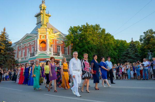 Колонна выпускников во главе с педагогами прошла по центральной улице Азова – Петровскому бульвару. Основные торжества состоялись на Петровской площади