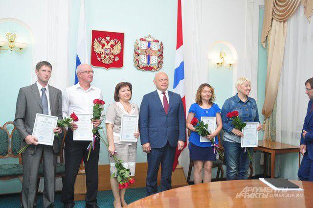 Специалисты получили премии из рук губернатора.