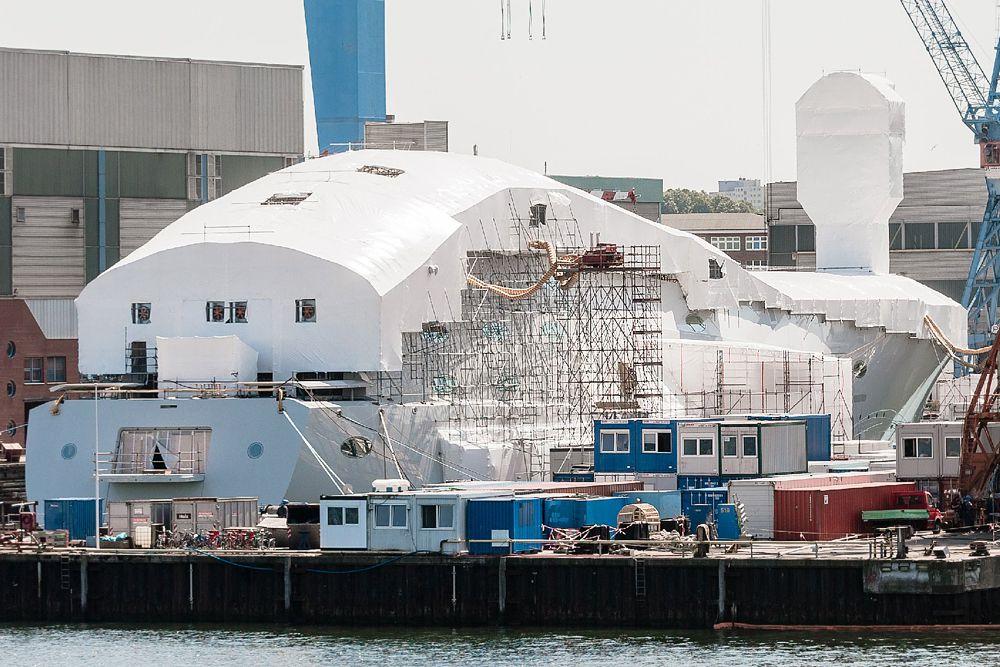 Строительство яхты ведется в обстановке секретности с 2012 года. Длина White Pearl составит 147 м. Яхта будет иметь трехэтажный открытый атриум и большой бассейн. Мачтовая система судна будет состоять трех мачт, сделанных из облегченного, высокопрочного углеродного волокна. Экипаж яхты составит 66 человек. Ожидается, что яхта будет готова к июлю 2016 года. Стоимость White Pearl не раскрывается, но CNBC считает, что сумма будет девятизначной.