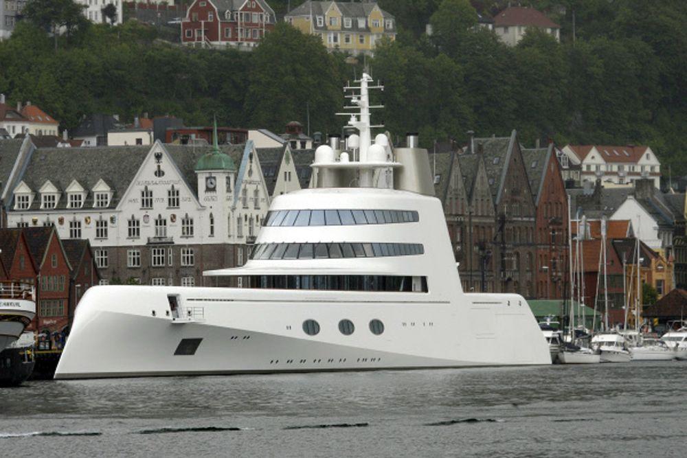 Также Мельниченко принадлежит яхта «A». За нее бизнесмен в 2008 году заплатил более $300 млн. Яхта имеет, наверное, самый авангардный дизайн среди всех роскошных судов российских миллиардеров. Внешне она напоминает скорее подводную лодку, нежели яхту. Строилась она на верфях немецкой компании Blohm & Voss. Ее длина – 119 метров, максимальная скорость – 23 узла. Как утверждает телеканал CNBC, бизнесмен не намерен расставаться с «A» после получения нового судна White Pearl. Яхта рассчитана на 14 гостей и 42 членов экипажа. На ней есть вертолетная площадка, автомобильный гараж и три бассейна.