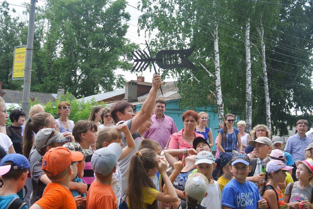 Директор городского музея М.В.Ивлева демонстрирует детям исторический флюгер располагавшийся на здании посадской Управы.На флюгере год в который Мелекесс приобрел статус посада.
