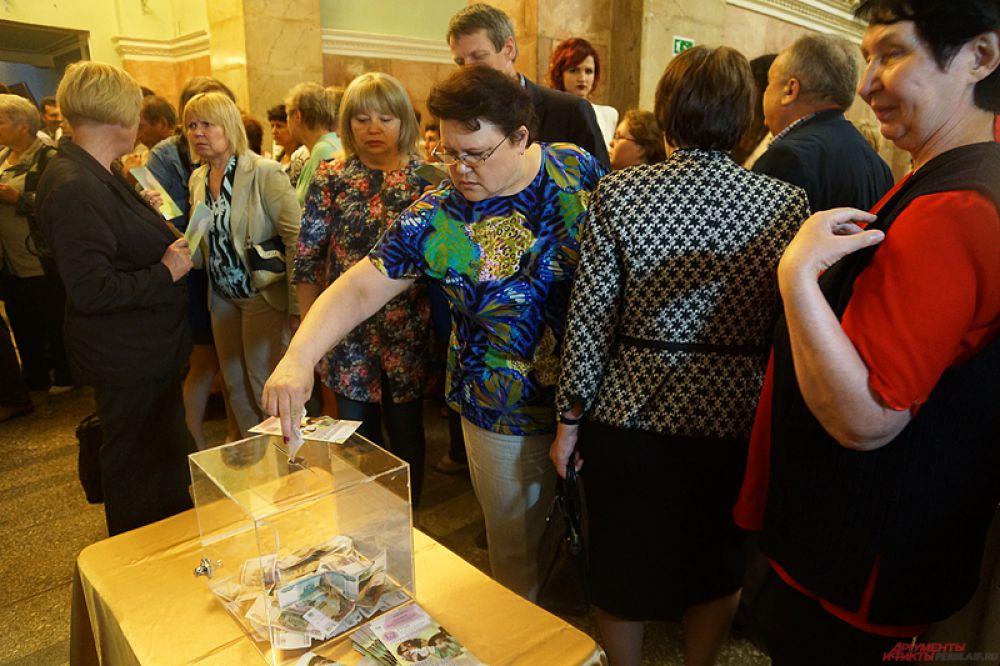 Цены за билеты пермяки назначали сами. Кто-то кидал в прозрачный куб несколько сотен рублей, другие - по пять тысяч.