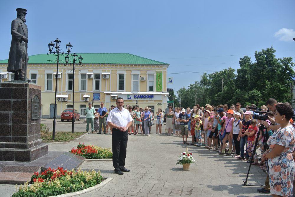Собравшихся у памятника первому посадскому главе К.Г.Маркову* поздравляет глава администрации города Ю.Ю.Чибисов