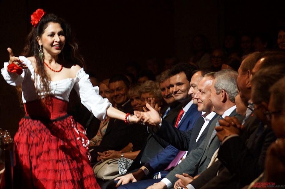 Гадалка во время выступления погадала главе администрации губернатора Анатолию Маховикову.