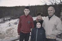 На снимке: братья Игорь и Герман с бабушкой и дедушкой.