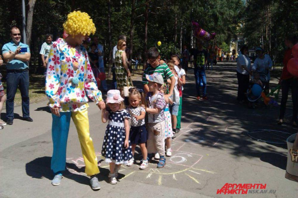 С детьми играл забавный клоун