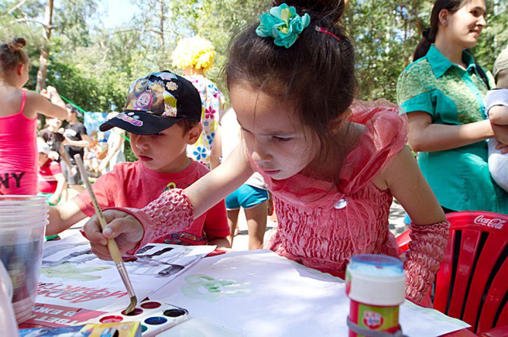 Творческие гости праздника нарисовали открытку любимому городу.