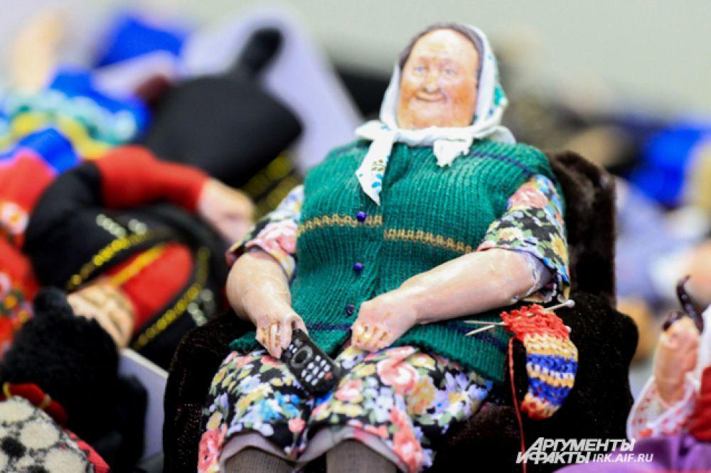 Бабуля отложила вязание и смотрит телевизор. Об этом красноречиво говорит маленький пульт в ее руке.