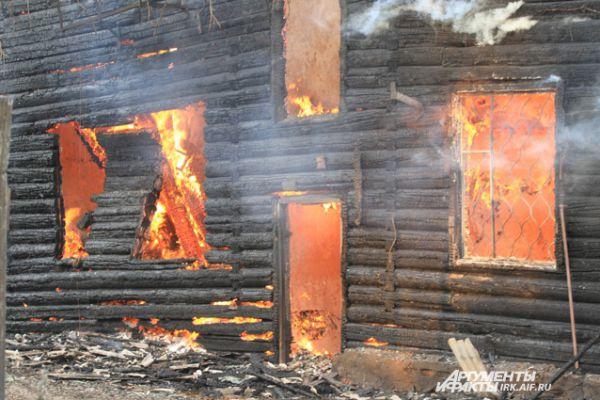 Деревянный жилой дом загорелся вечером 2 июля.